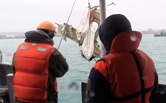 Подъем найденного фрагмента самолета Ту-154, потерпевшего крушение надЧерным морем у берегов Сочи