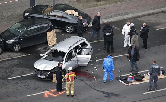 Полиция осматривает обломки взорвавшегося автомобиляVW. Берлин, Германия