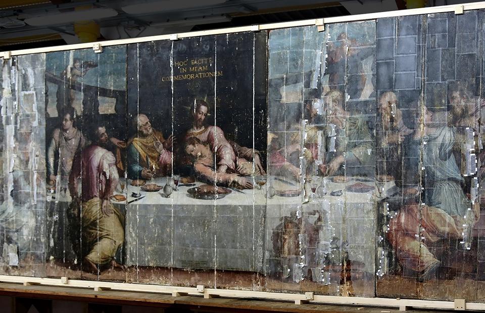 Полотно Джорджо Вазари «Тайная вечеря» во время реставрации
