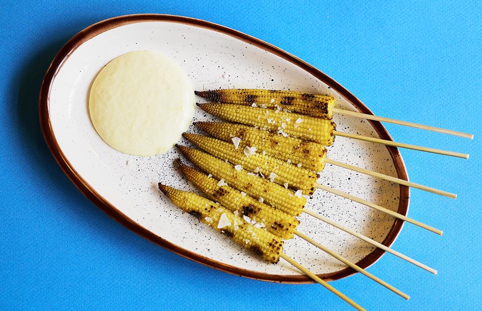 Мини-кукуруза с соусом холландес