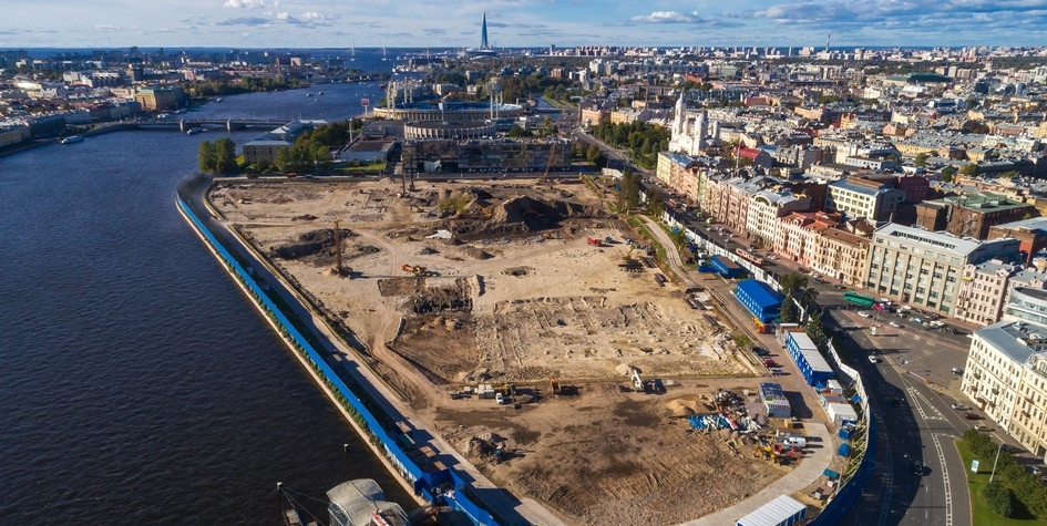 Вид на строительную площадку рядом со стрелкой Васильевского острова и Петропавловской крепостью, где планируется построить парк