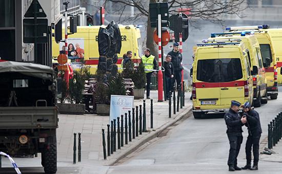 Автомобили скорой помощи рядом состанцией метро вБрюсселе, 22 марта 2016 год
