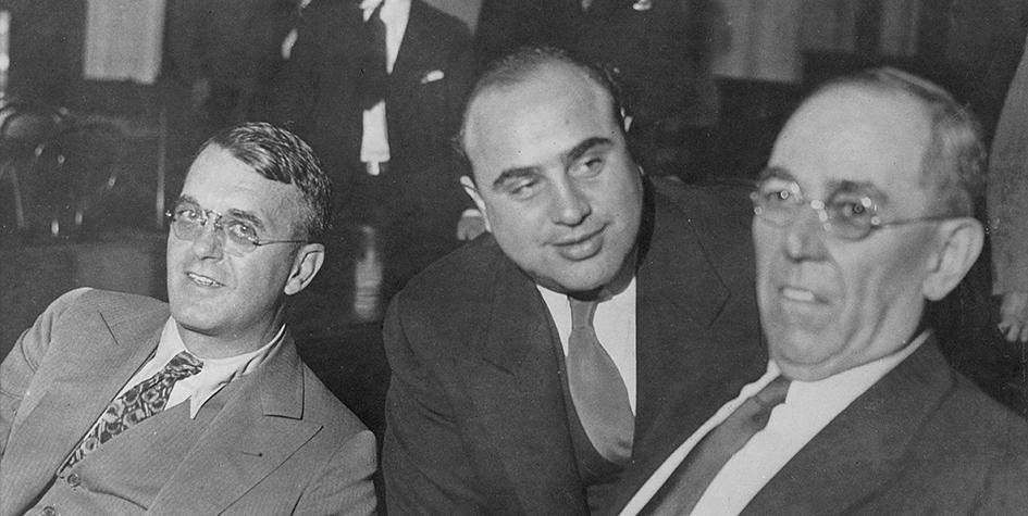 Аль Капоне (в центре)