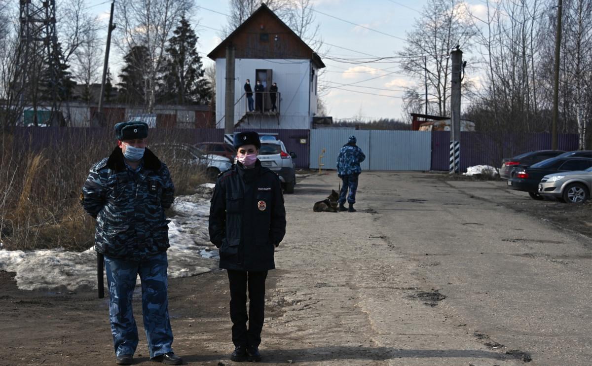 Сотрудники правоохранительных органов возле ИК-2 «Покров»