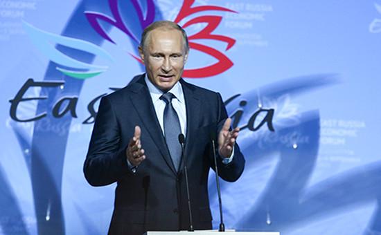 Президент России Владимир Путин вовремя выступления напленарном заседании врамках торжественного открытия Восточного экономического форума