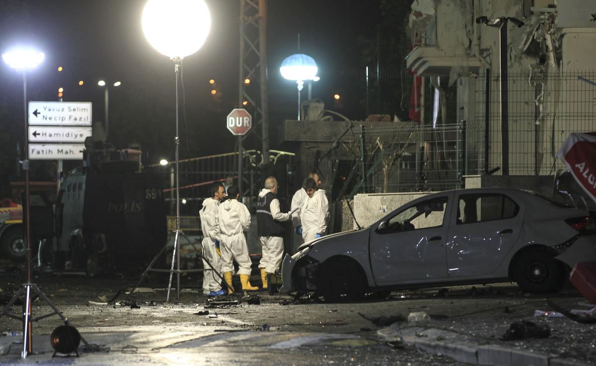 Турецкие офицеры полиции работают на месте взрыва в полицейском участке в Стамбуле