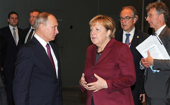 Президент России Владимир Путин (слева напервом плане) иканцлер Германии Ангела Меркель послепереговоров в«нормандском формате»