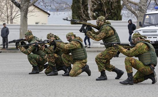 Бойцы роты особого назначения во время показательных выступлений