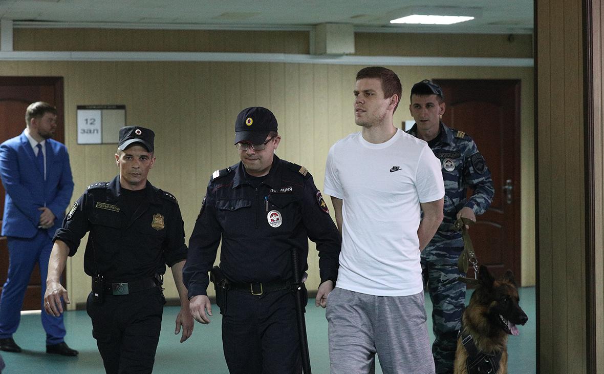 Александр Кокорин (второй справа)