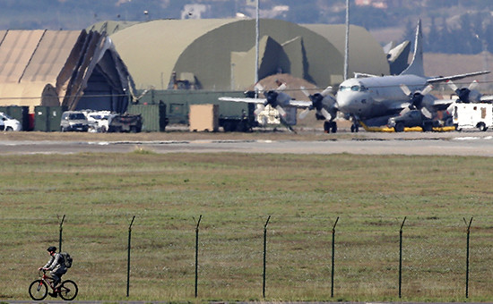 Самолет ВМС США наавиабазе Инджирлик вТурции, июль 2015 года