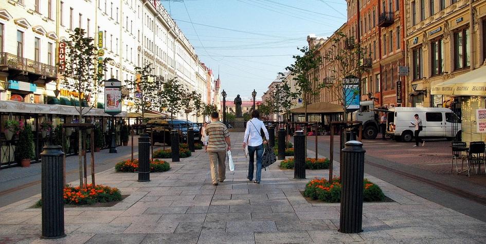 Малая Конюшенная улица—одна изглавных пешеходных улиц вцентре Санкт-Петербурга смножеством кафе имагазинов