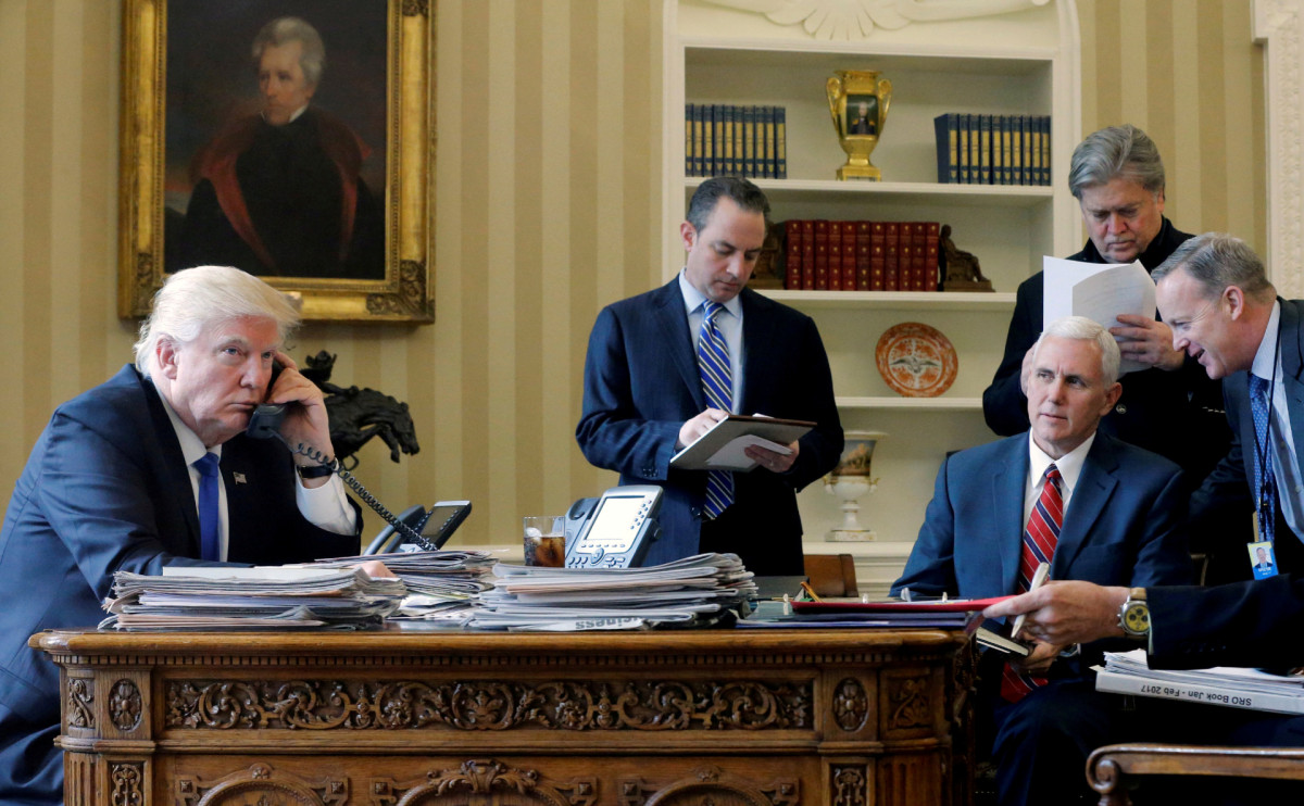 Дональд Трамп во время первого разговора по телефону с Владимиром Путиным 27 января 2017 года