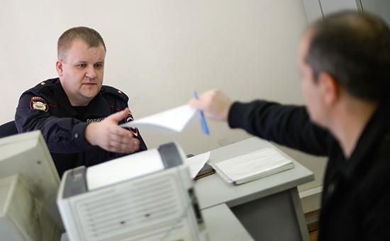 Участковый уполномоченный принимает заявление от местного жителя в отделе МВД