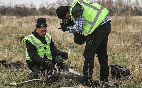 Следователи из Нидерландов помечают обломки пассажирского самолета Boeing 777 «Малайзийских авиалиний»