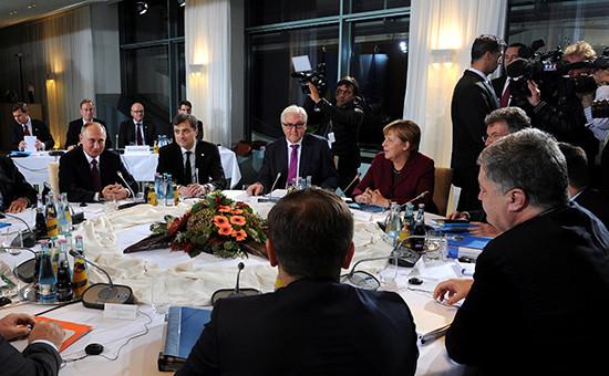Президент России Владимир Путин (слева) и президент Украины Петр Порошенко (справа)на саммите «нормандской четверки» в Берлине. 19 октября 2016 года