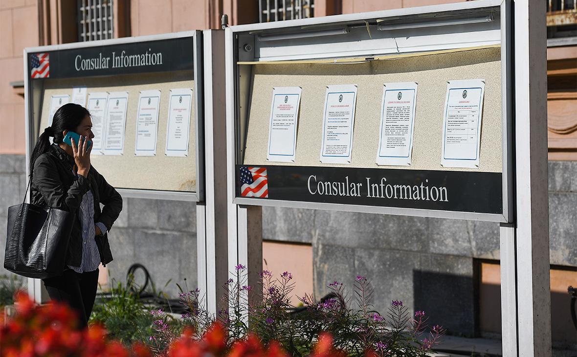 Информационные стенды у посольства США в Москве