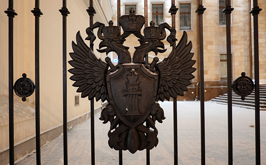Герб на ограде здания Генеральной прокуратуры России