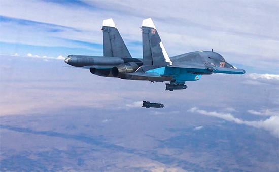 Российский многофункциональный истребитель-бомбардировщик Су-34 во время нанесения авиационного удара в провинции Ракка. 9 октября 2015 года