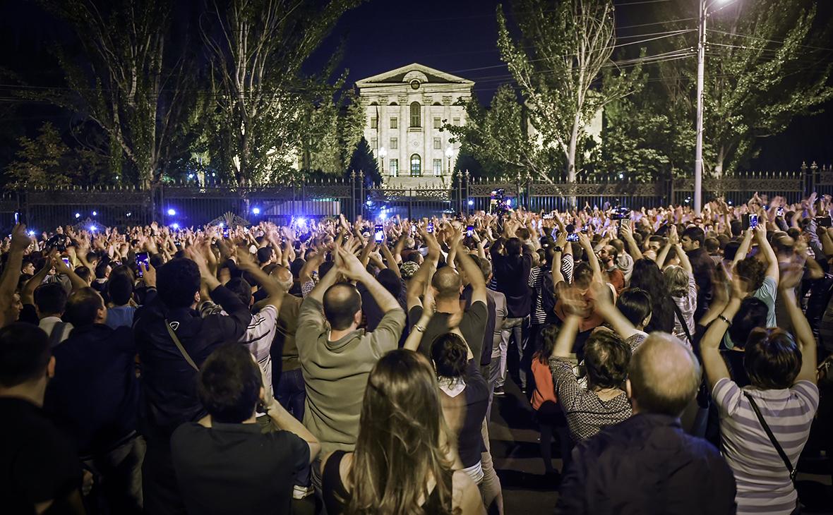 Демонстранты у парламента Армении в Ереване