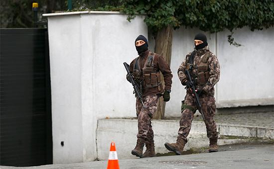 Турецкие полицейские патрулируют улицу недалеко от ночного клуба, где произошел теракт