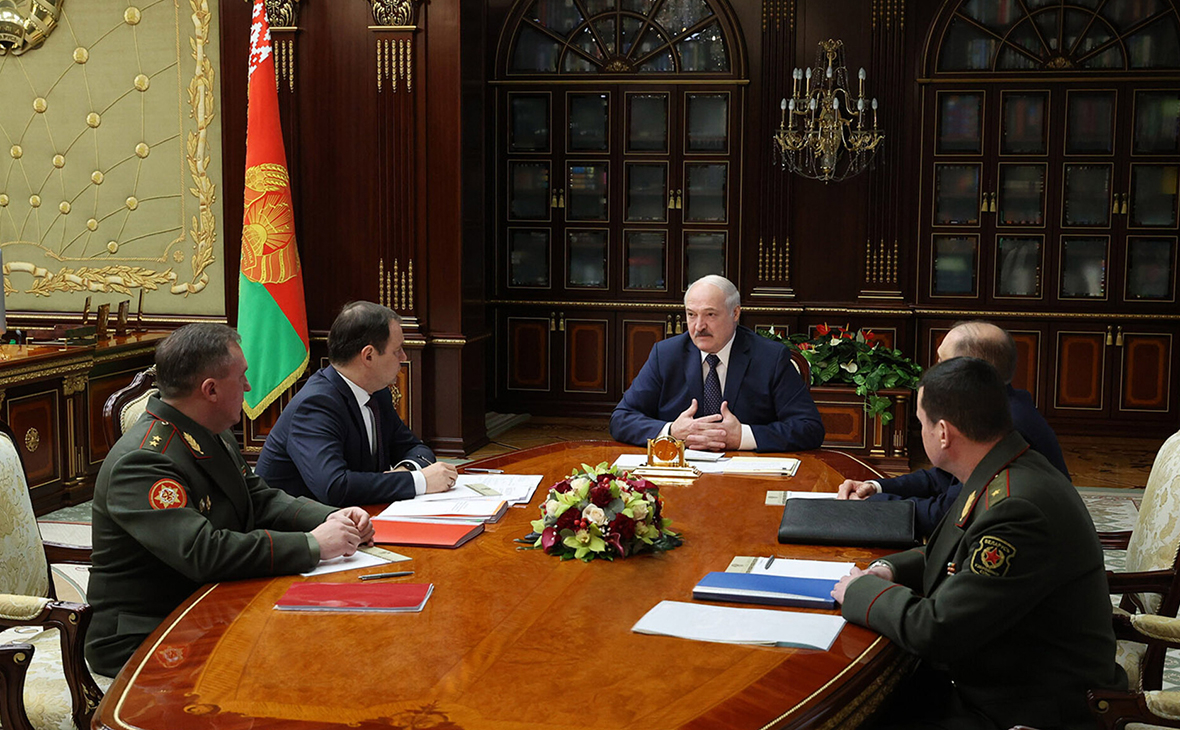 Александр Лукашенкона совещаниипо вопросу белорусско-российского сотрудничества в военной сфере