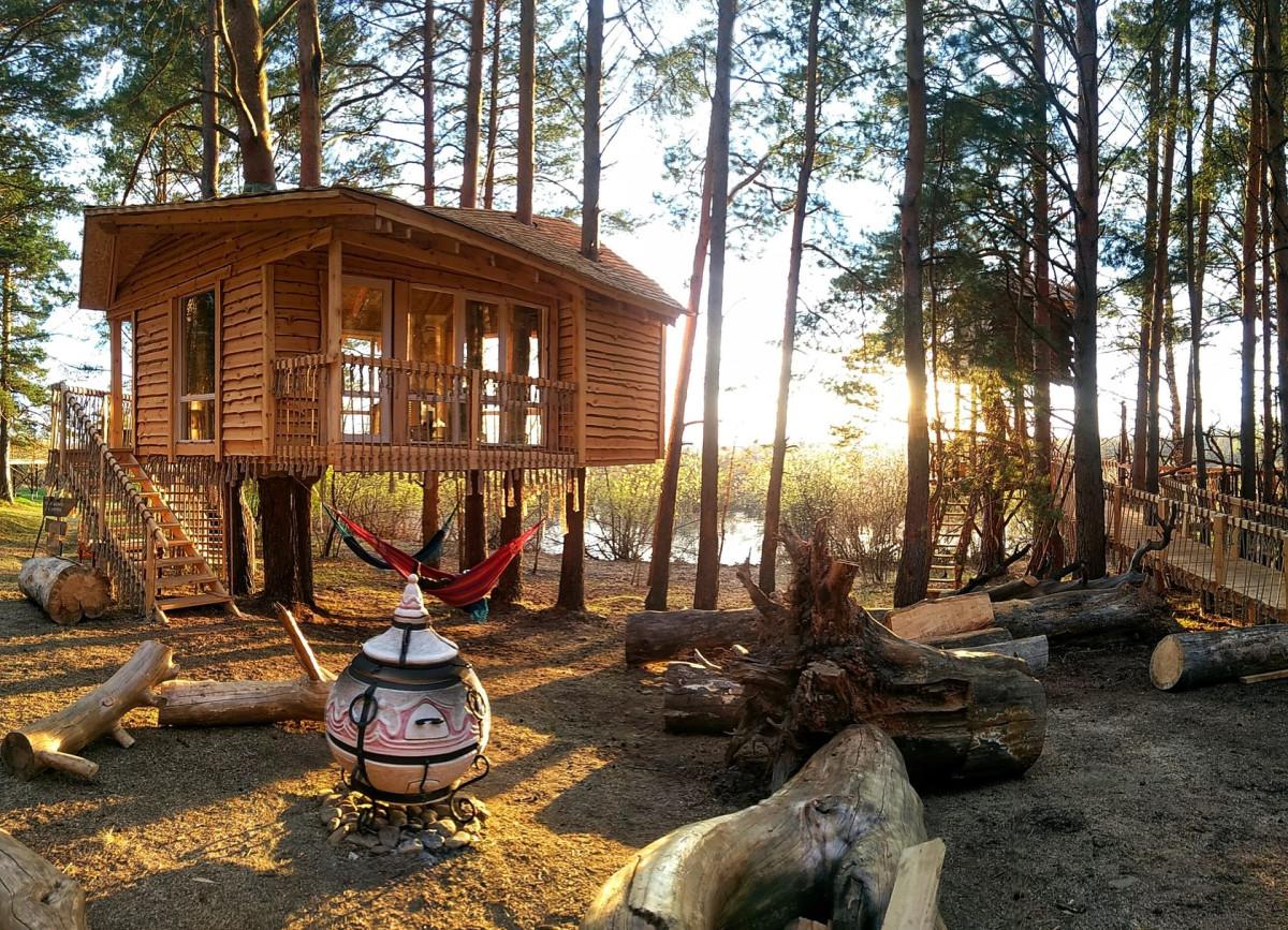 Поселиться в домике на дереве можно как в одиночку, так и всей семьей
