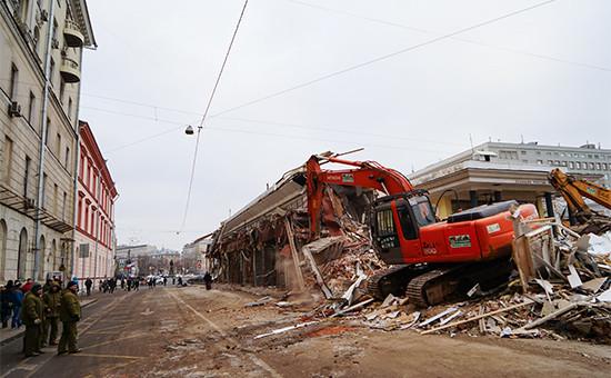 Cнос торговых павильонов у станции метро «Чистые пруды». 9 февраля 2016 года