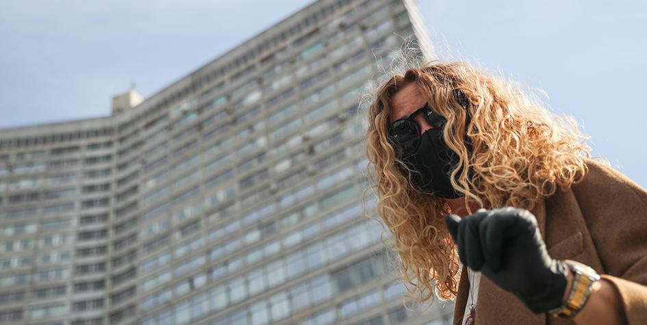 Девушка в медицинской маске на Новом Арбате во время пандемии коронавируса COVID-19