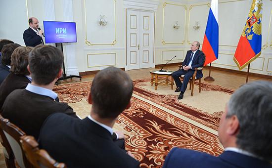 Президент РФ Владимир Путин (справа на втором плане) на встрече с  интернет-предпринимателями и представителями Фонда развития интернет-инициатив