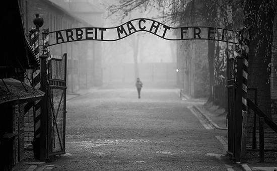 Табличка с надписью Arbeit macht frei («Труд освобождает») при входе на территорию бывшего немецкого концентрационного лагеря Аушвиц
