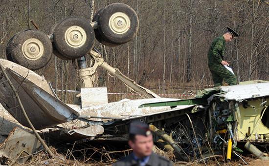 Обломки самолета президента Польши Леха Качиньского разбившегосяпод Смоленском