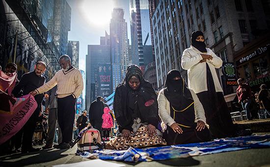 Участники митинга противиммиграционных запретов Дональда Трампа вНью-Йорке