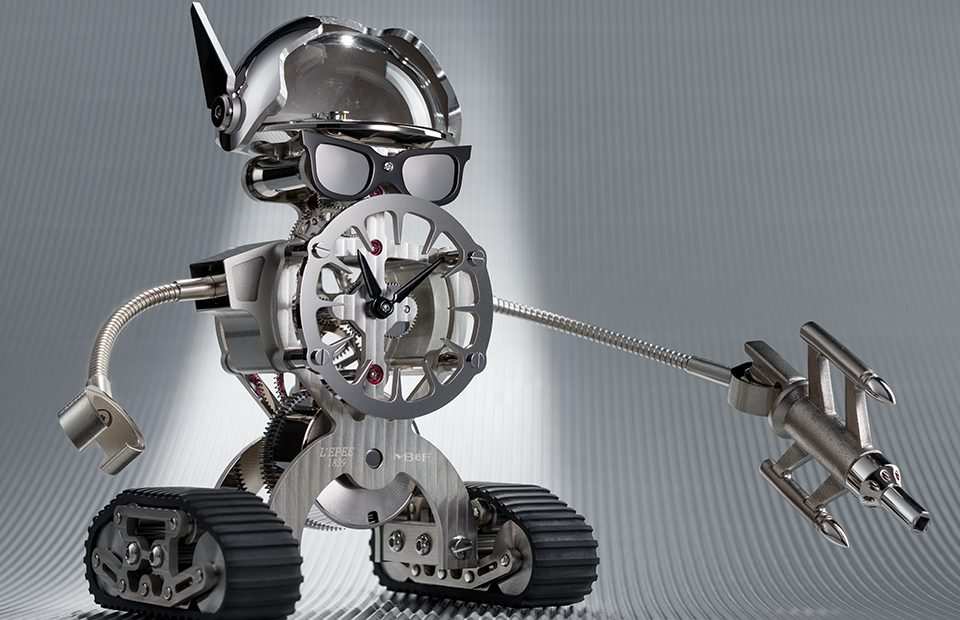 Часы-робот Bad Sherman—совместный проект творческой лаборатории MB&F под руководством Макса Бюссера, портала Watch Ahish и швейцарской мануфактуры L'Epée 1839, которая специализируется на производстве настольных часов. Основа конструкции — часовой механизм с восьмидневным запасом хода. Спуск и регулятор расположены в прозрачном черепе,вместо туловища — круглый «циферблат» со стрелками. С помощью гусеничных колес робот может перемещаться по поверхности стола