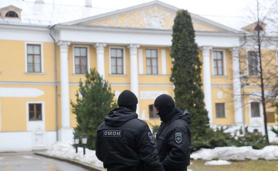У здания Международного центра Рериховв Малом Знаменском переулке, где сотрудники правоохранительных органов проводят следственные действия