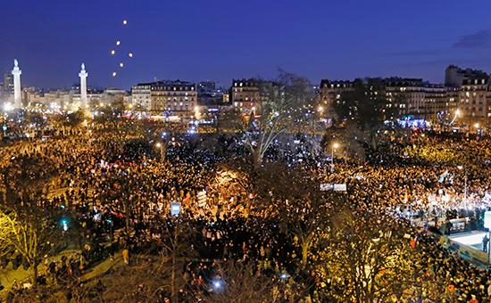 Люди собираются на Площади Республики в Париже