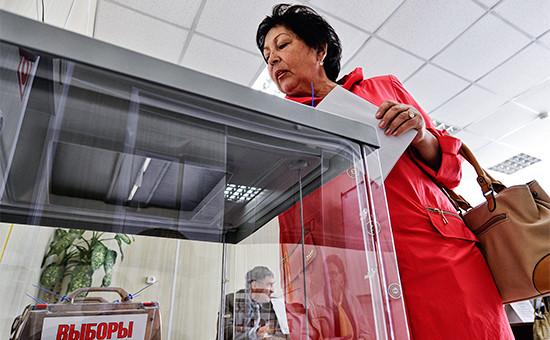 Жительница села Вольно-Надеждинское во время голосования на избирательном участке №1817 на выборах главы Надеждинского сельского поселения в единый день голосования