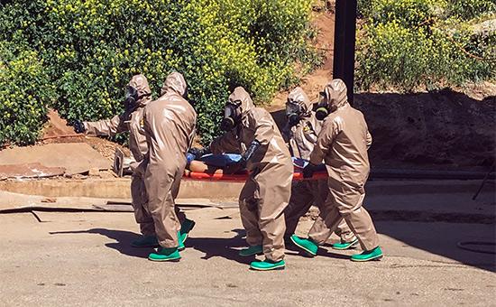 Эвакуация пострадавшего в результате химической атаки в Идлибе