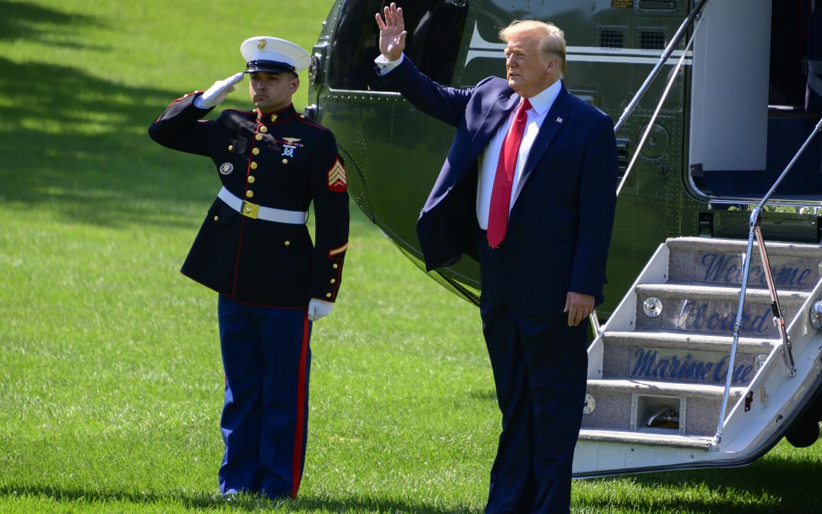 Действующий президент США Дональд Трамп (справа)