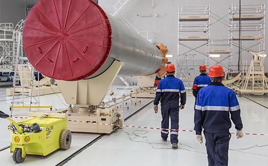 Сборка ракеты-носителя «Союз-2.1а» в техническом корпусе на космодроме Восточный