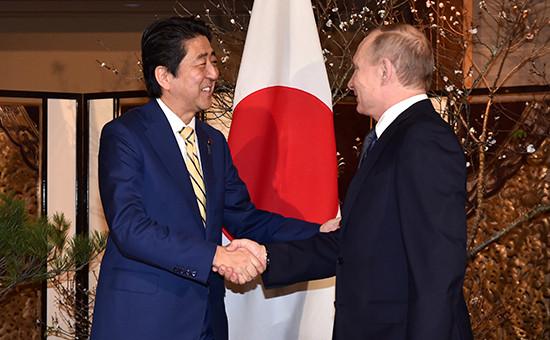 Премьер-министр Японии Синдзо Абэ ипрезидент России Владимир Путин вовремя встречи. 15 декабря 2016 года