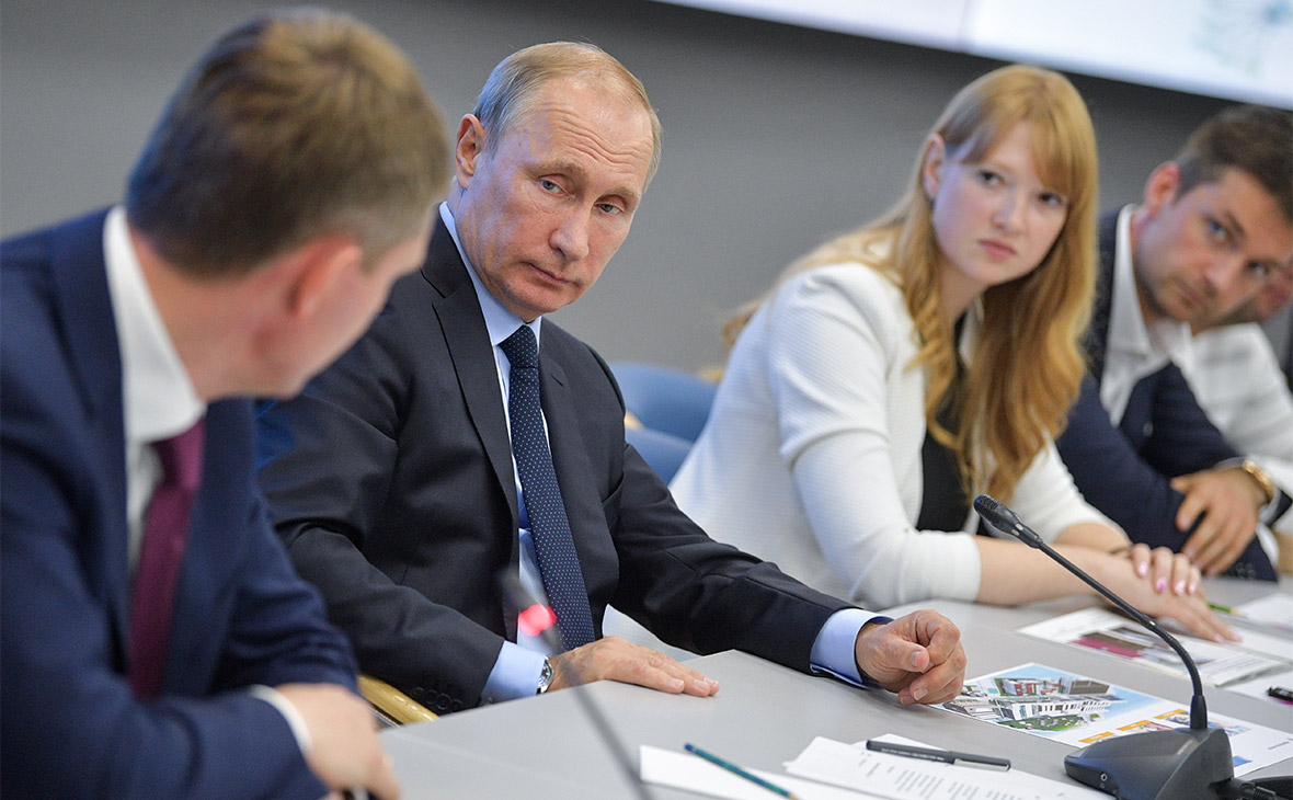 Владимир Путин (в центре) на встрече с представителями информационно-коммуникационного кластера Пермского края