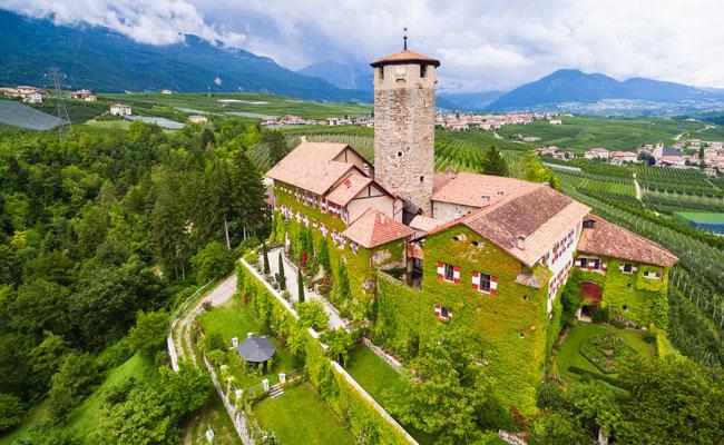 Замок Валер начали строить с 1200 года