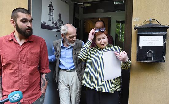 Ольга Романова у входа вофис организации «Русь сидящая»