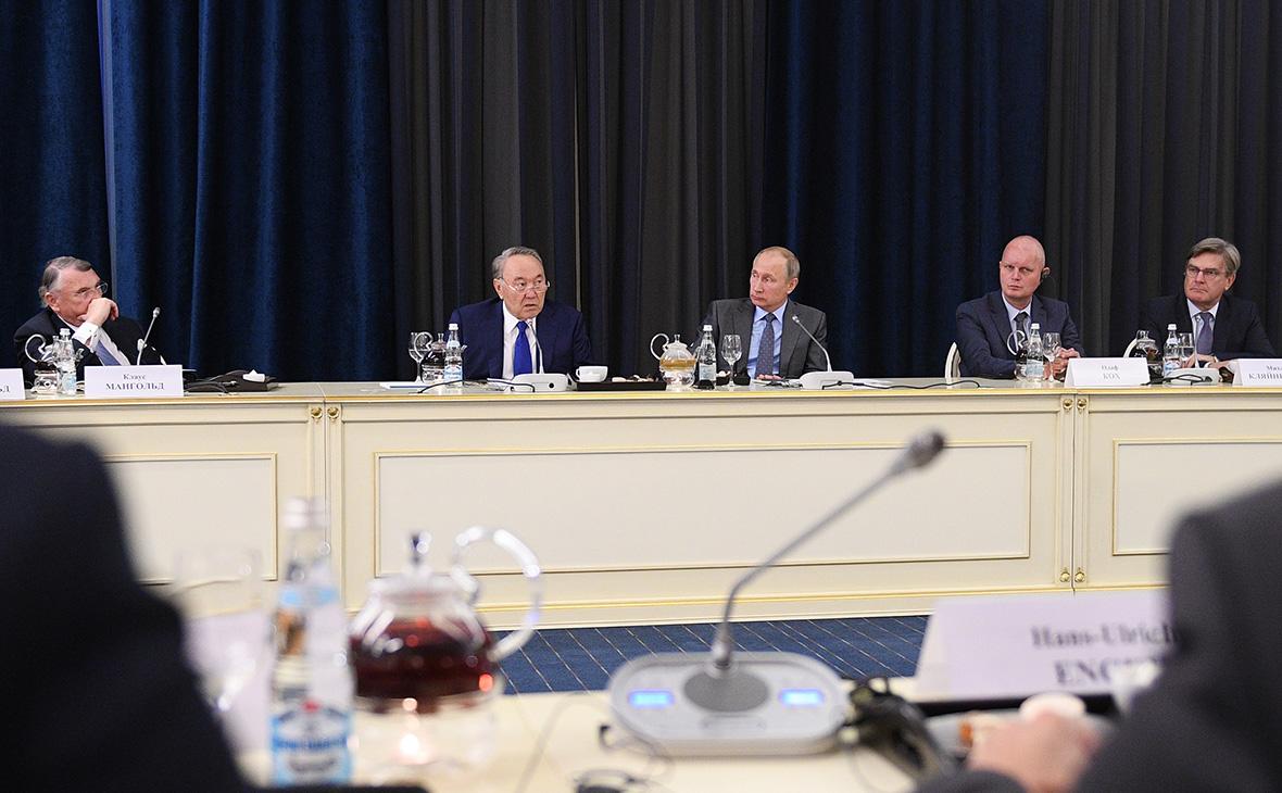 Владимир Путин и Нурсултан Назарбаев (второй слева) на встрече с немецкими предпринимателями