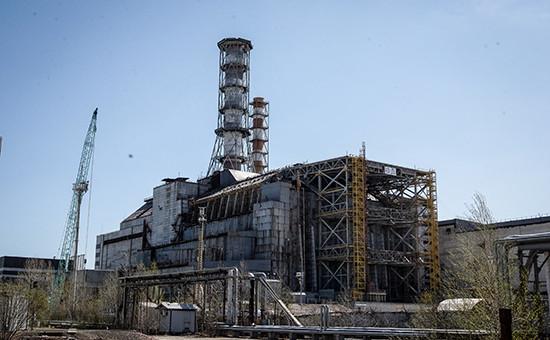 Вид на саркофаг над четвертым энергоблоком Чернобыльской АЭС