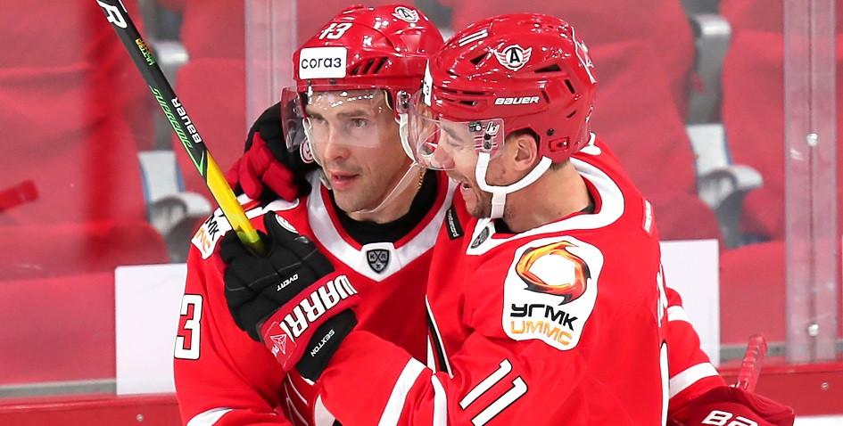 Игроки «Автомобилиста» Павел Дацюк и Ден Секстон (слева направо)