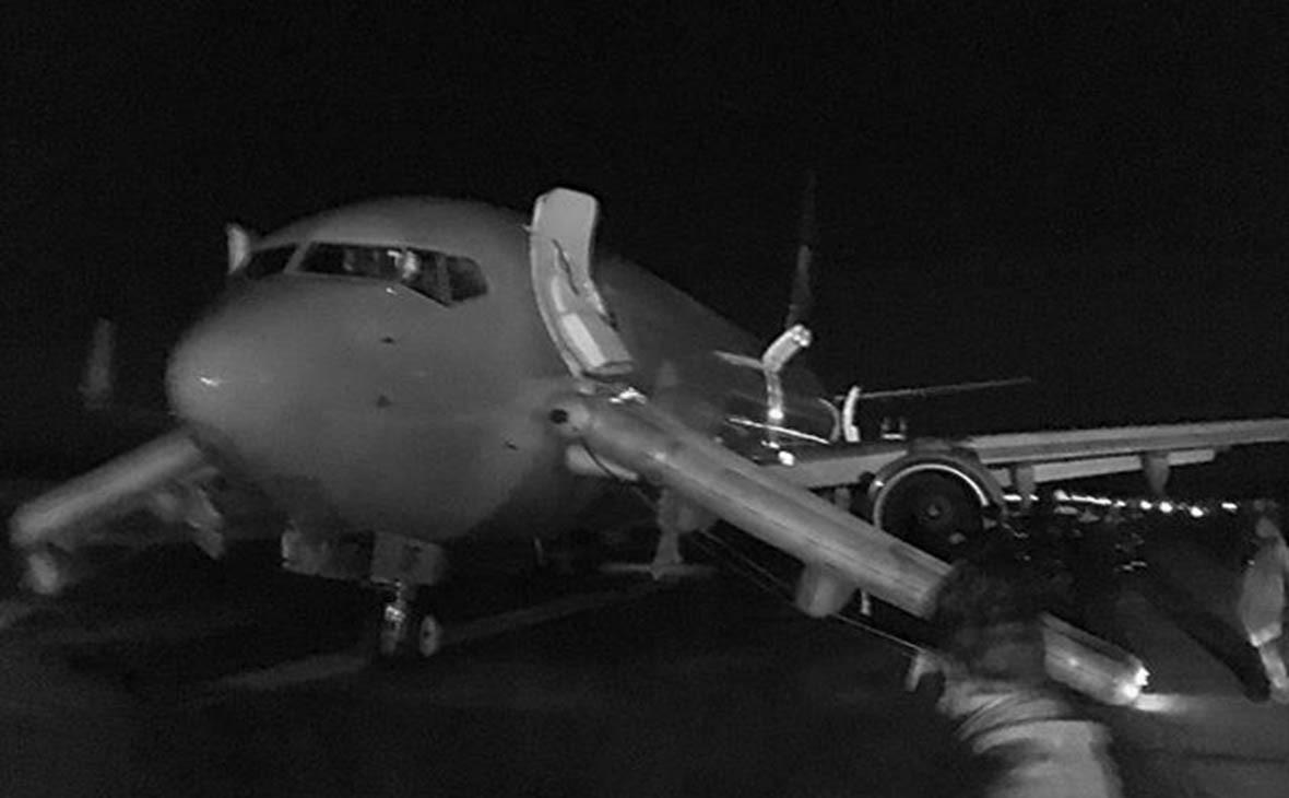 Cамолет Boeing 737-800 в аэропорту Домодедово