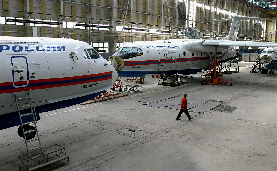 Сборка самолета-амфибии БЕ-200ЧС в сборочном цеху ТАНТК