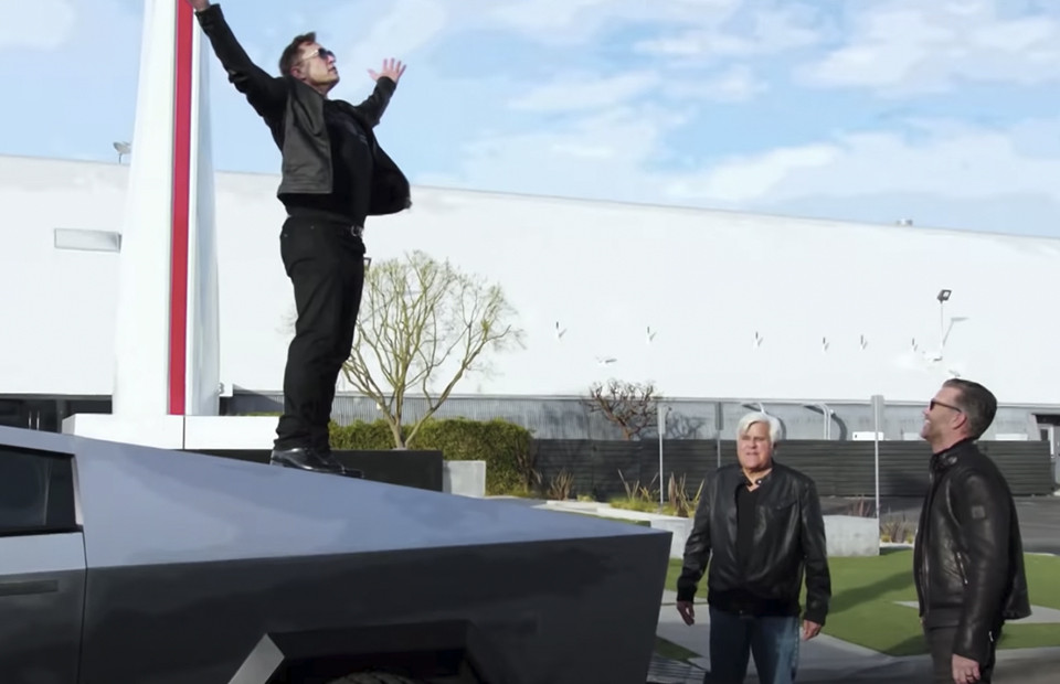 Илон Маскдемонстрирует прочностьэлектромобиля Tesla Cybertruck