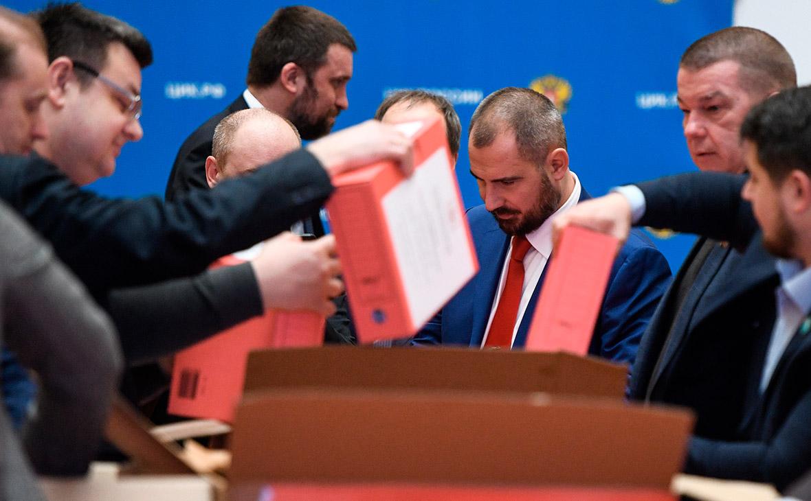 Максим Сурайкин (в центре) во время передачи подписей в Центральную избирательную комиссию